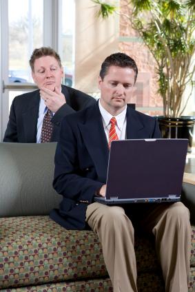 Computer wird von Detektiv überwacht